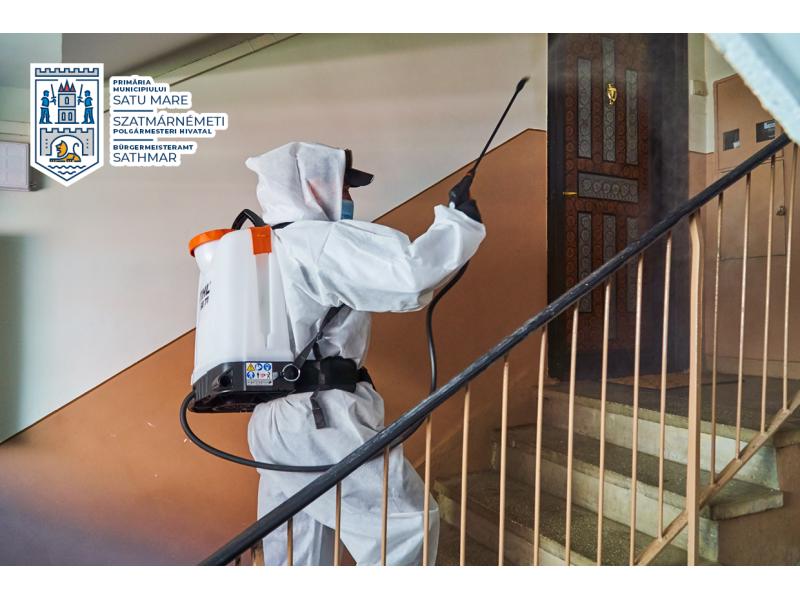 Se dezinfecteaza scările de bloc din Satu Mare