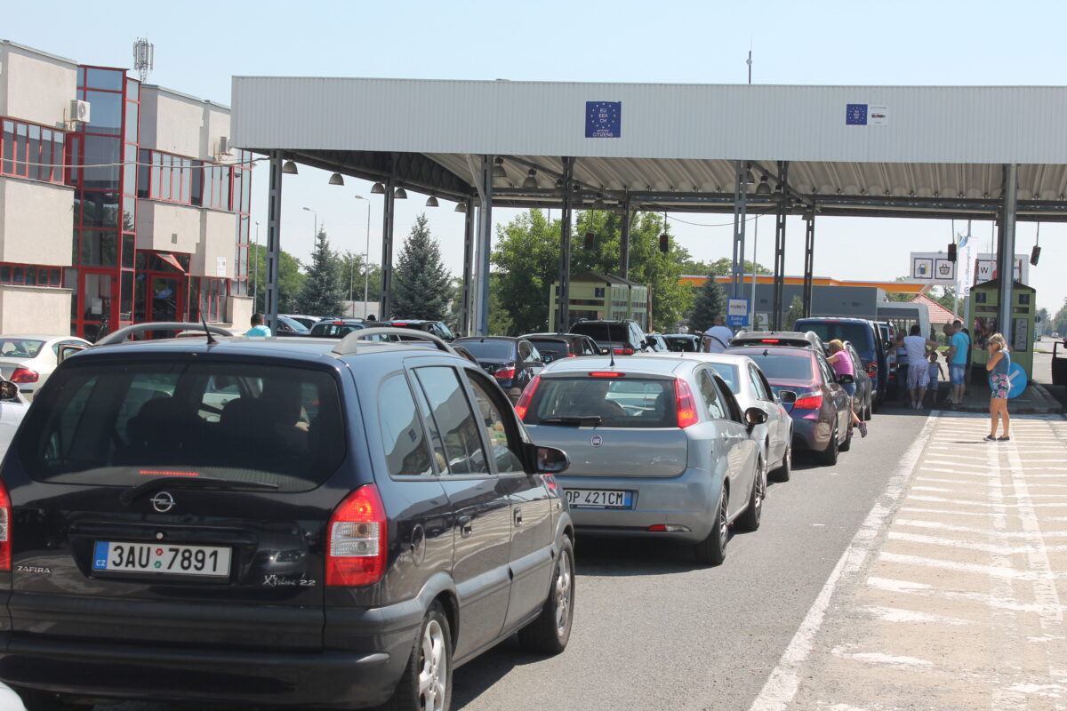 Peste 2000 de călători au tranzitat Vama Petea