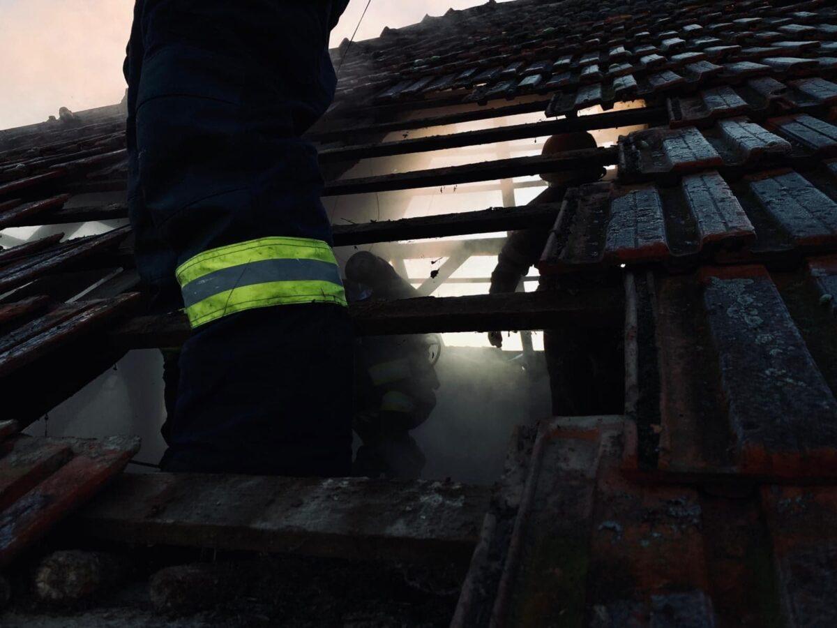 O casa din Ardud a luat foc